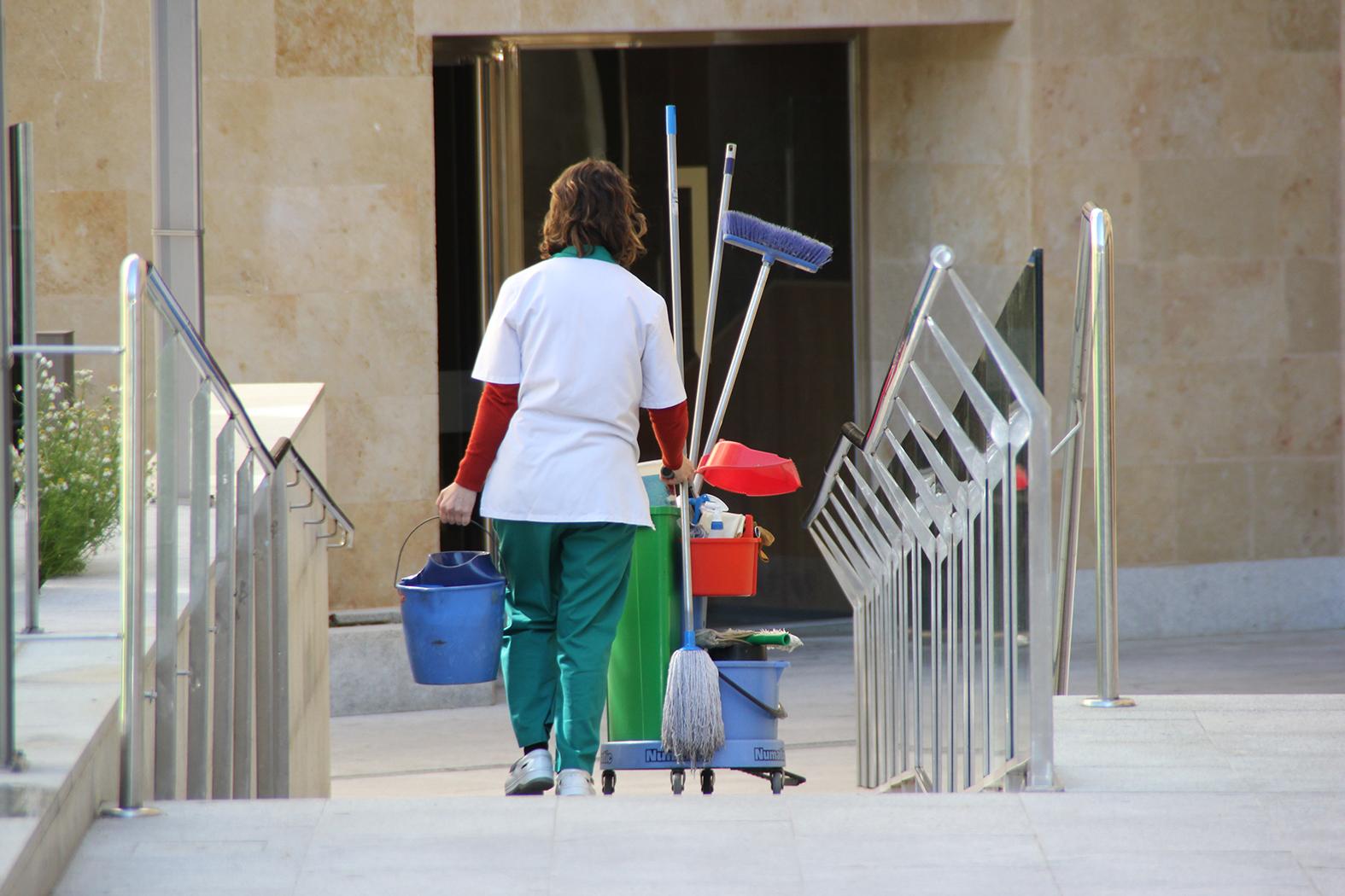 Una trabajadora de limpieza de Integracyl se dirige a su puesto de trabajo